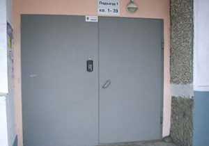 Нюансы выбора и монтажа тамбурной двери на лестничную площадку