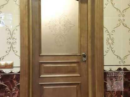 Выбор подходящих к интерьеру дверей из массива дерева