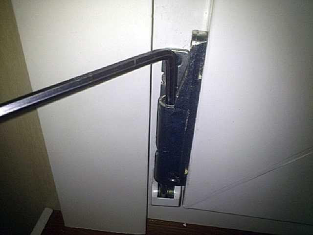 Как открыть пластиковую дверь снаружи на балконе?