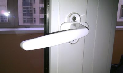 Какими инструментами открывается пластиковая балконная дверь снаружи?