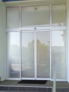 Отличия откатных дверей от других конструкций