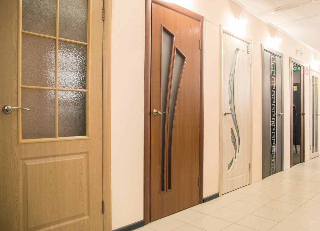 Особенности двери из массива ольхи: 4 нюанса выбора